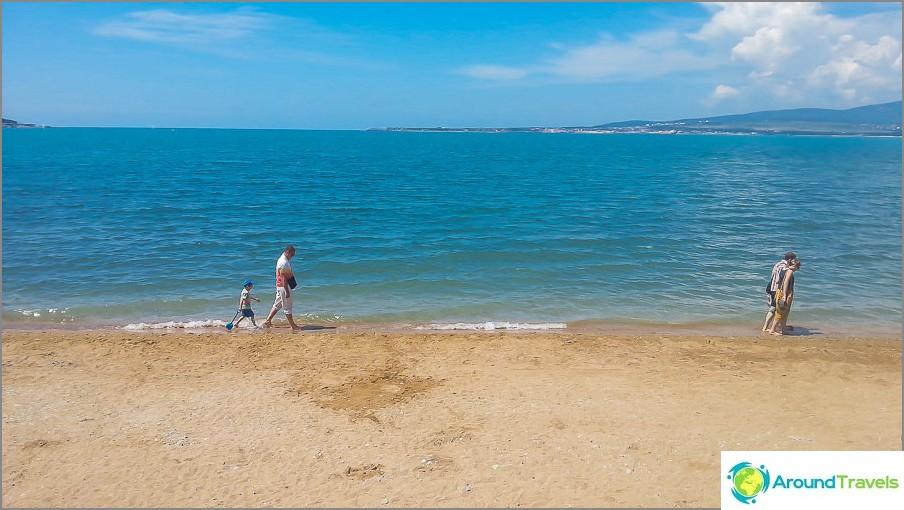 Все още сравнително пусто море в Геленджик