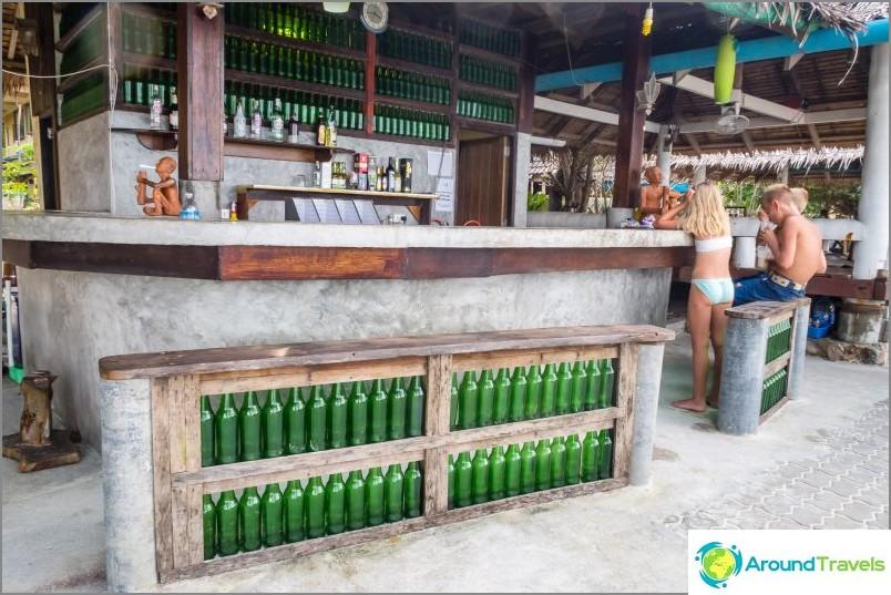 По-близо до левия ръб на плажа Botle има кафе-бар с тематичен дизайн.
