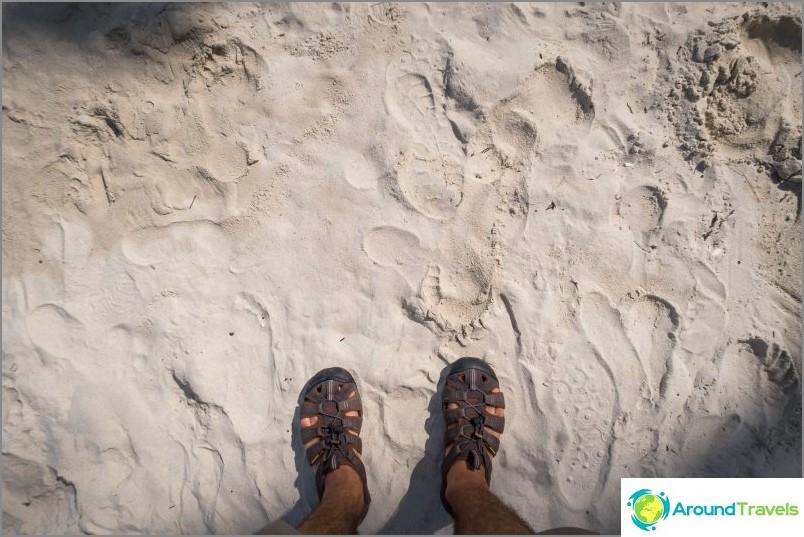 Kuivaamalla hiekka muuttuu kellertäväksi jauhoksi. Ja märkästä tulee niin tiheä kuin asfaltti