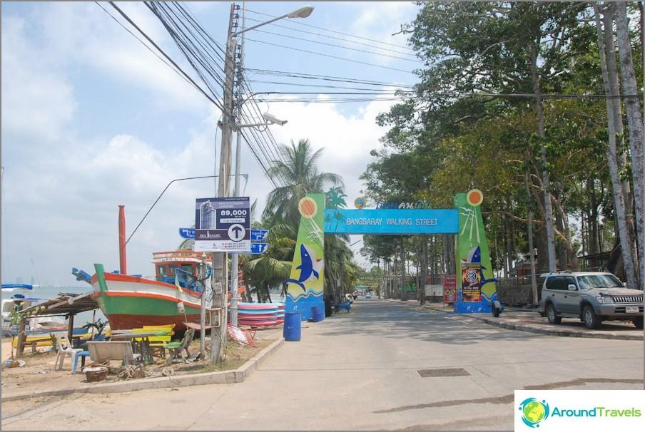 Kävelykatu Bang Sarayssa rannan alussa