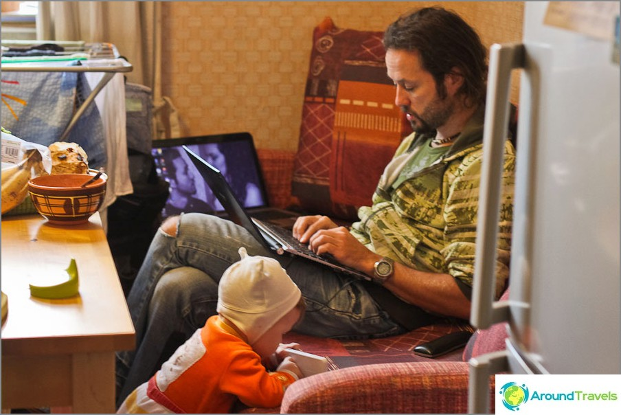 Егор е точно там и помага на татко да работи