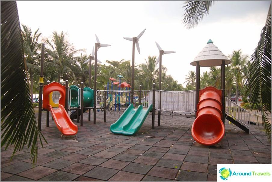 Parco giochi vicino al parcheggio in spiaggia