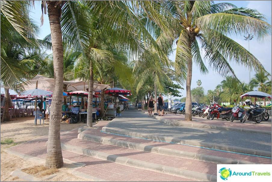 Accesso alla spiaggia da parcheggio e vicolo di palme