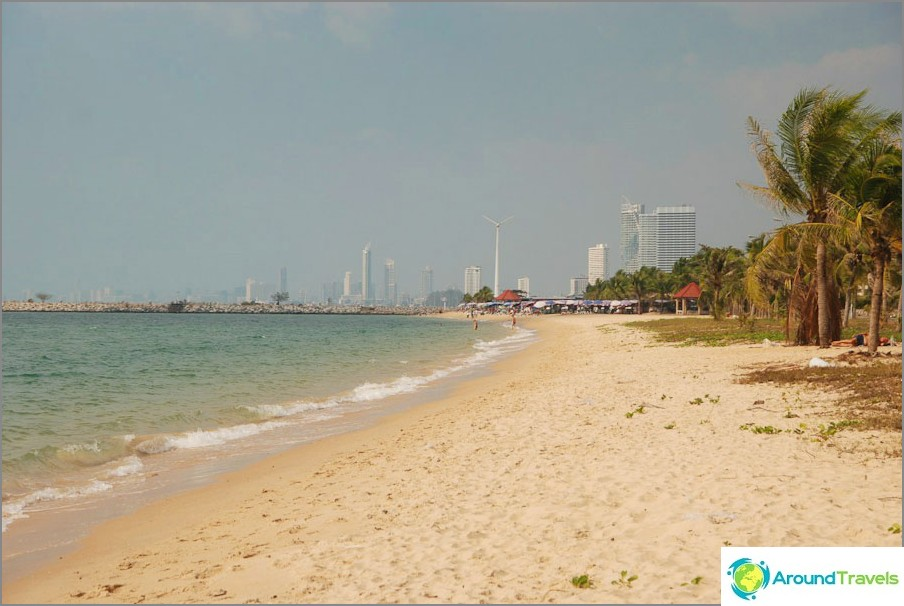 Spiaggia sullo sfondo dei grattacieli di Pattaya