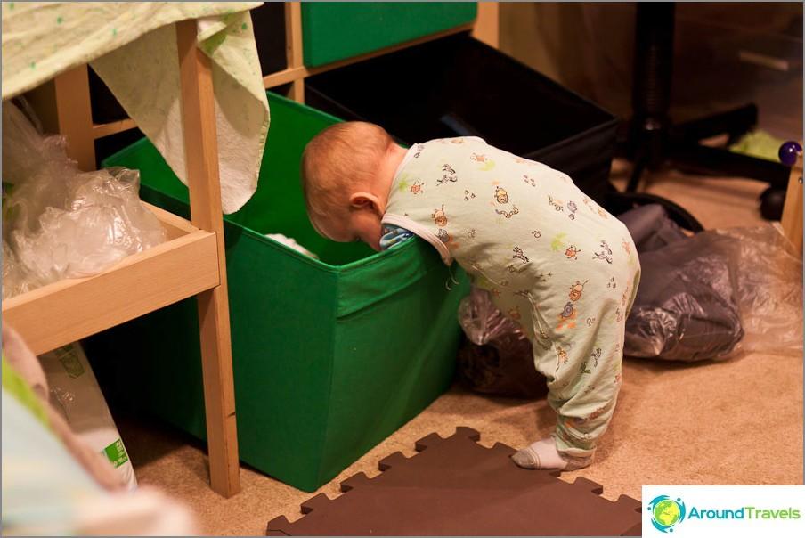 И Егор обича да помага на мама да изложи нещата.