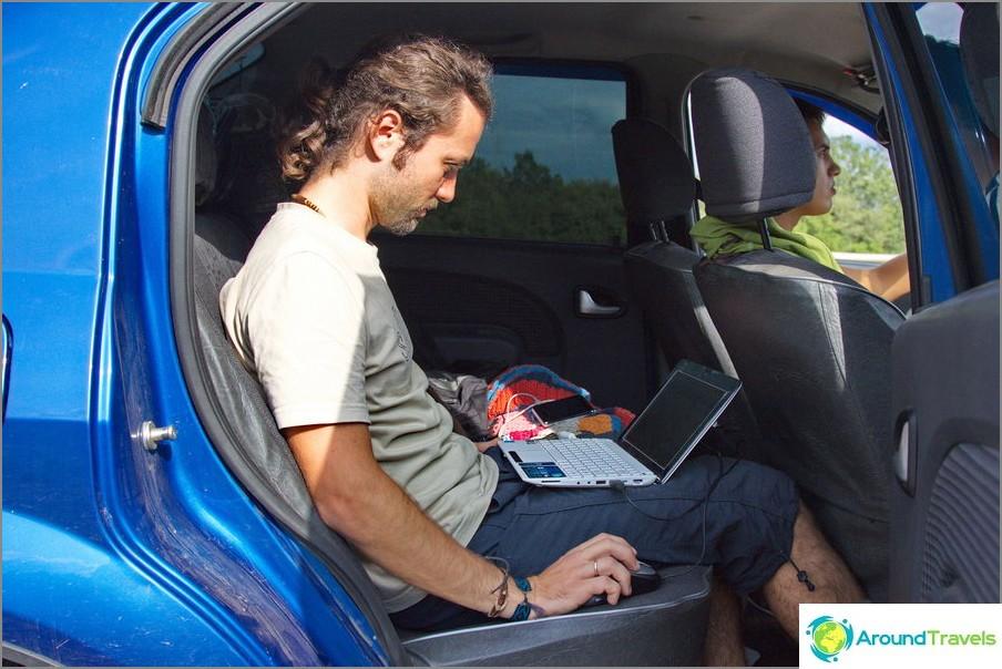 Jopa autossa voit työskennellä, jos on invertteri ja Internet