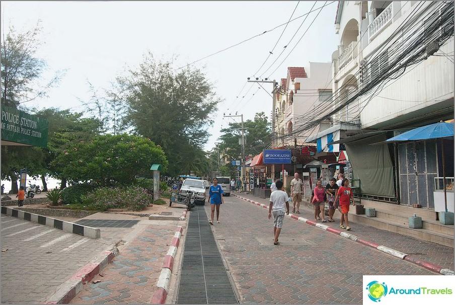 L'inizio di Dongtan, a sinistra - la stazione di polizia