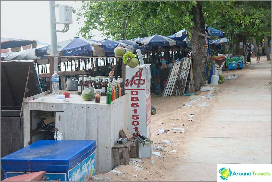 Bevi vassoi tra la spiaggia e il marciapiede lungo la strada