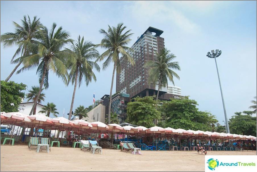 Näkymä Keski-festivaalin ostoskeskuksen ja sen yläpuolella olevan Hilton-hotellin rannalta