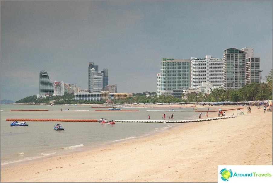 Ryhmä korkeita rakennuksia vasemmalla on jo Wongamatin ranta Naklua-alueella