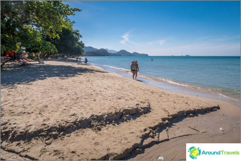 Valkoisen hiekkarannan ranta Koh Chang