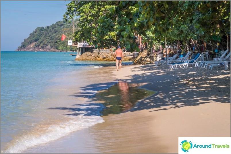 Matkalla rannan oikeaan päähän on kuljettava kivien läpi