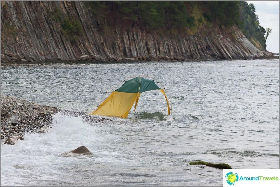 Joku merestä vei teltan