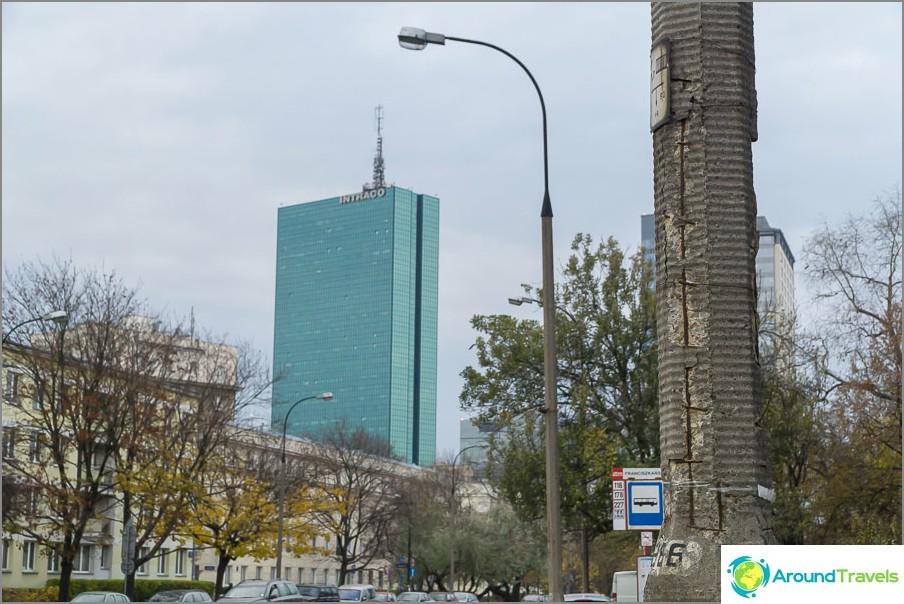 Contrast. Матиращ стълб и огледален небостъргач