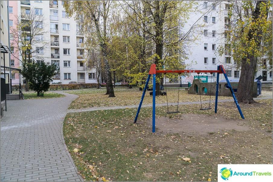 Детските площадки са доста оскъдни и не във всеки двор.