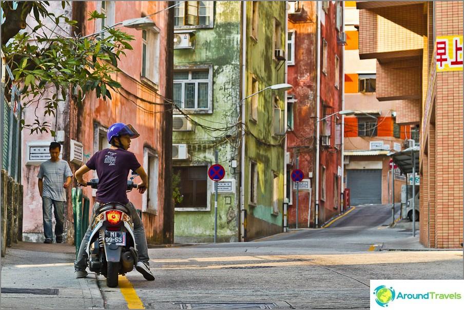 Pidin tästä kadusta erittäin paljon: pieni kukkula ja värikkäitä taloja