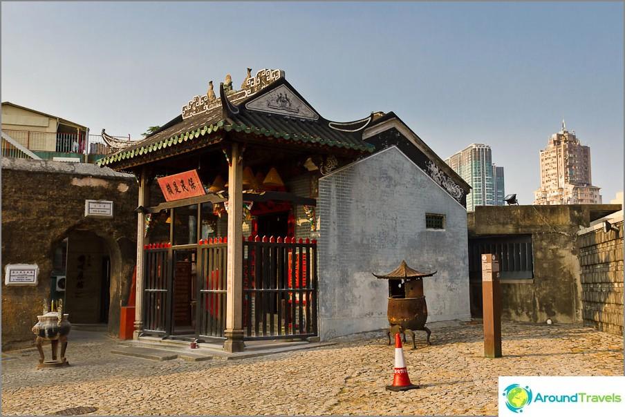 Kiinan temppeli katedraalin raunioiden vieressä