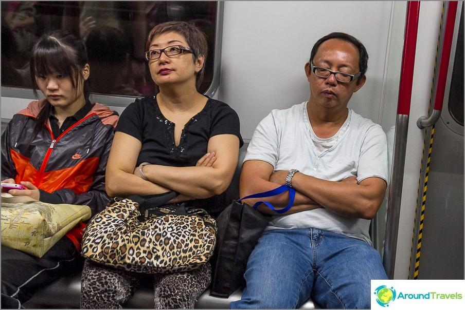 Kuten metrolla, joku nukkuu, joku on puhelimessa
