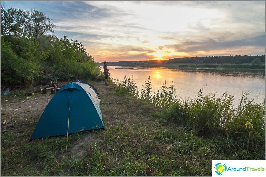 Lepää teltoilla Okassa