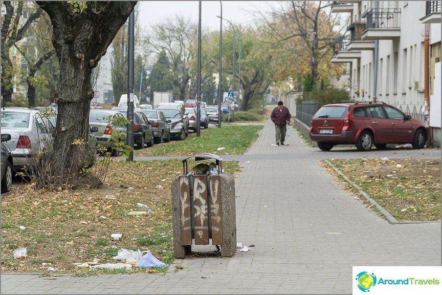 Roskaa Varsovan kaduilla