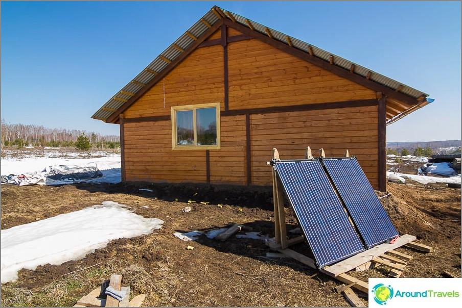 Kaksi aurinkopaneeliä - tärkein sähkön lähde