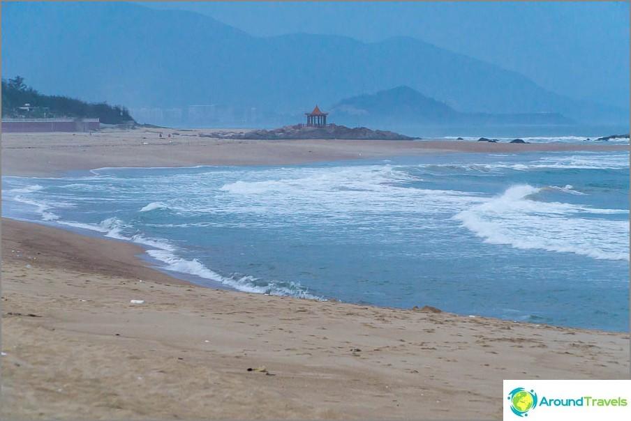Erittäin ilmapiiri, vuoret, tuuli, kiinalainen huvimaja