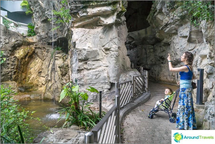 Vesiputouksen lähellä on luola
