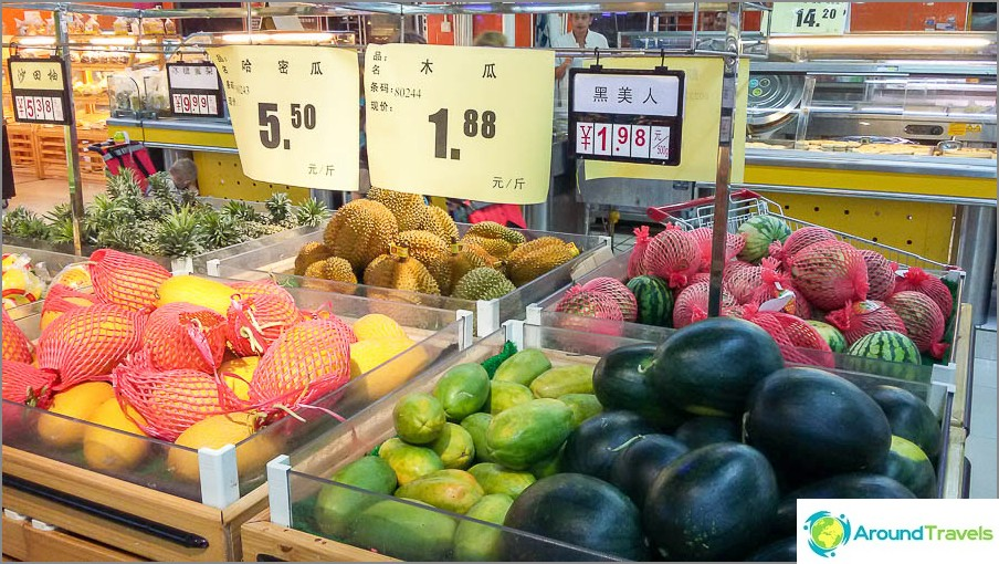 Vasemmalta oikealle - melonit, papaija, vesimelonit