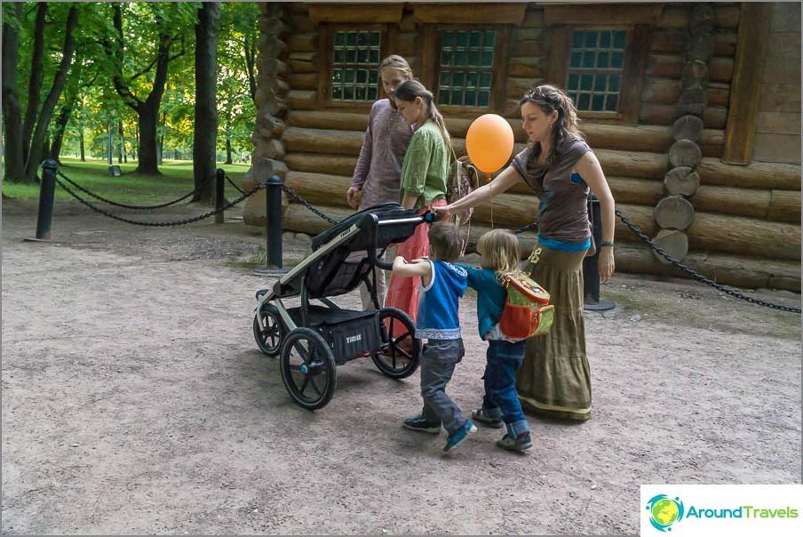Kahva on laskettu alas niin, että lapsi voi kantaa rattaat