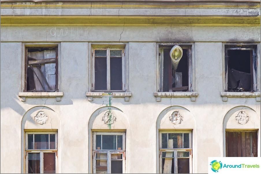Strange lyhty ikkunassa ja näkyviä tulipalon merkkejä