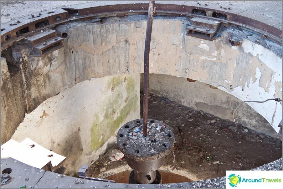 Reikä lattialla generaattorista