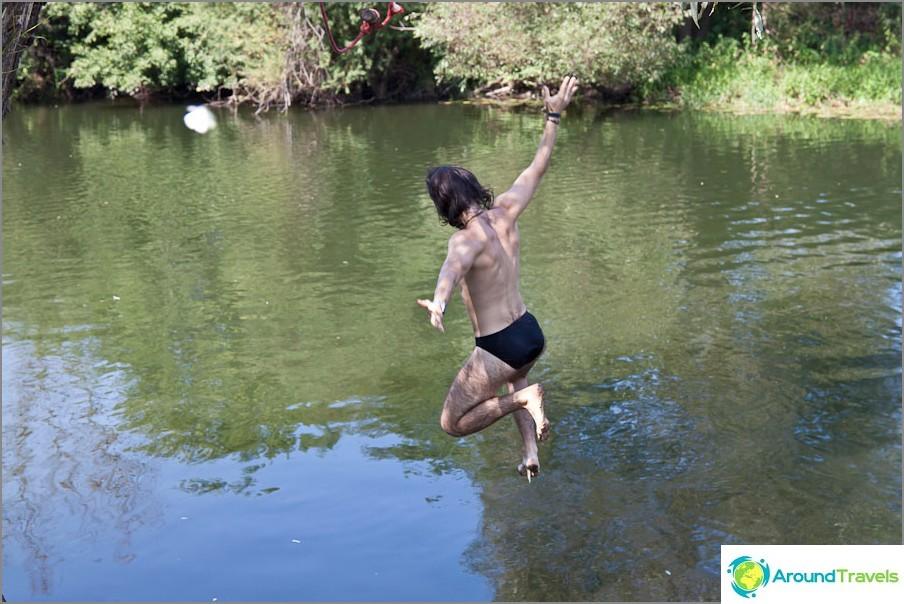 Hyppää jokeen benjiällä