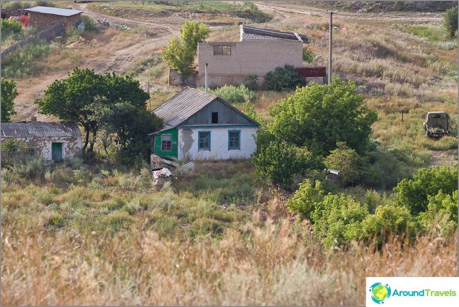 Останки от къщи във фермата в Дядин