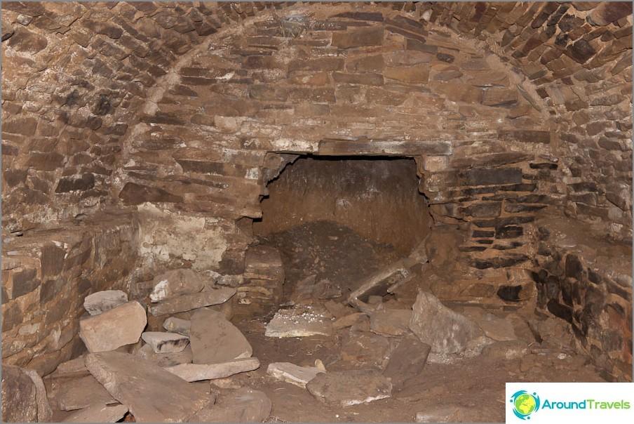Останките от избите във фермата Дядин