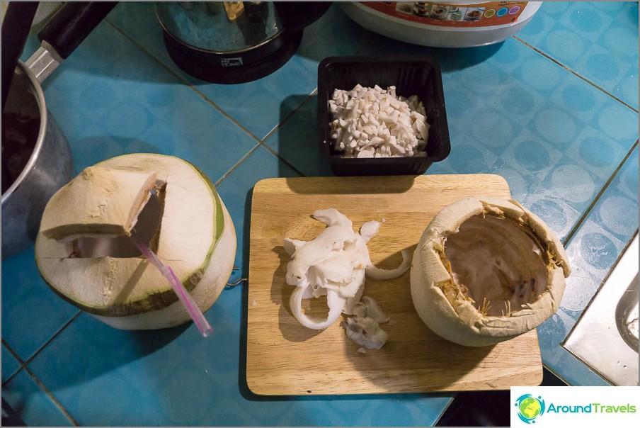 Poimimme lihaa kookospähkinöistä