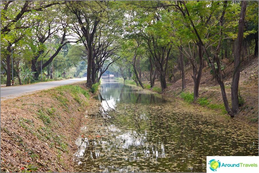 Kanavat Sukhothain historiallisen puiston aukion ympärillä