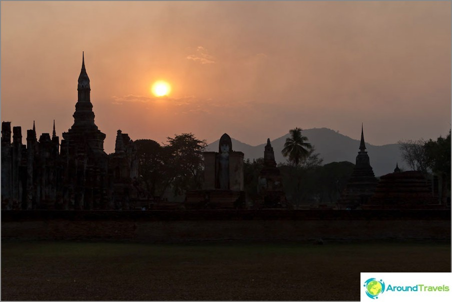 Wat Mahathat auringonlaskun aikaan