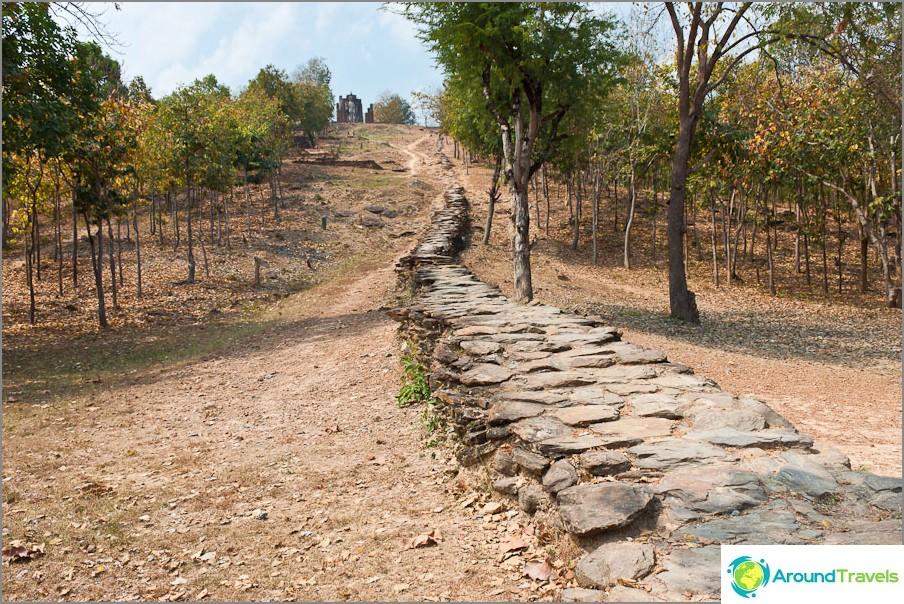 Kivireitti johtaa Wat Saphan Hiniin