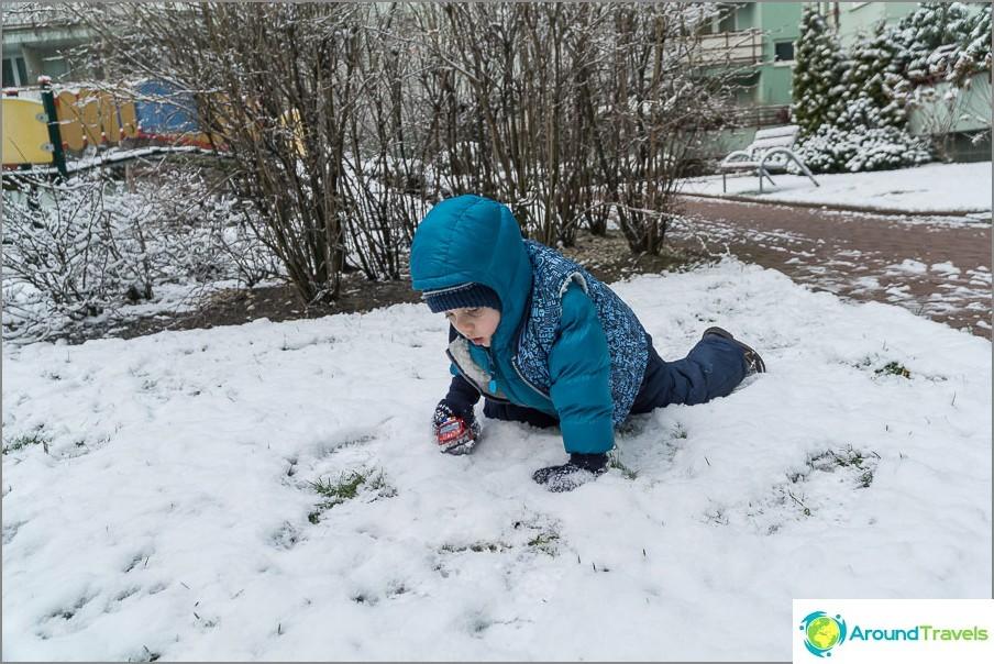 Докато нормално няма сняг, само панталоните се избърсват, но не иска да пълзи през снега