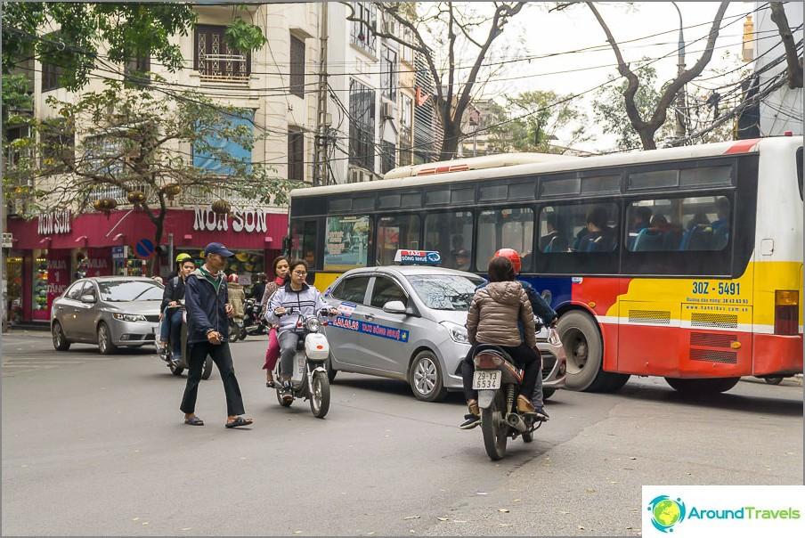 Jos risteyksessä ei ole liikennevaloa, tapahtuu täydellinen kaaos