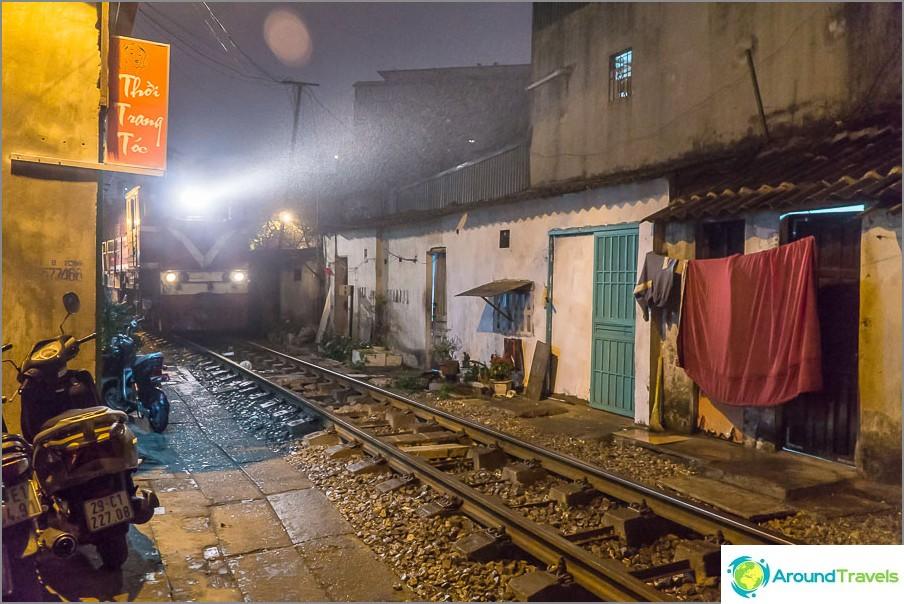 Katu Hanoin keskustassa, juna kulkee useita kertoja päivässä