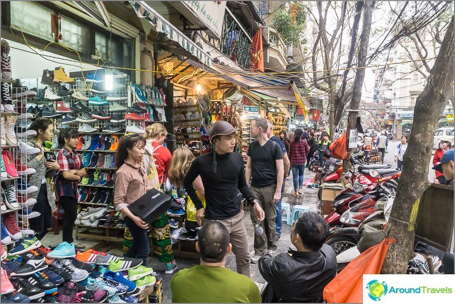 Kierto Hanoin kaupunginosassa, kadut täynnä kauppiaita