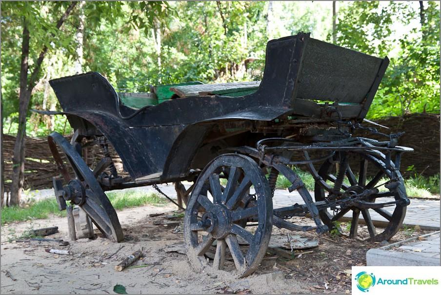 Стара количка в градски парк