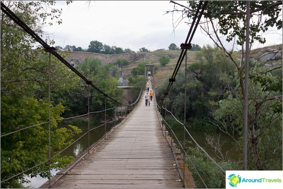 Висящ мост над реката