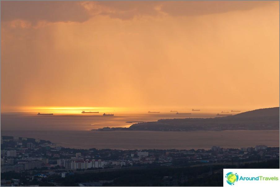 Auringonlasku Gelendzhik-lahden yli