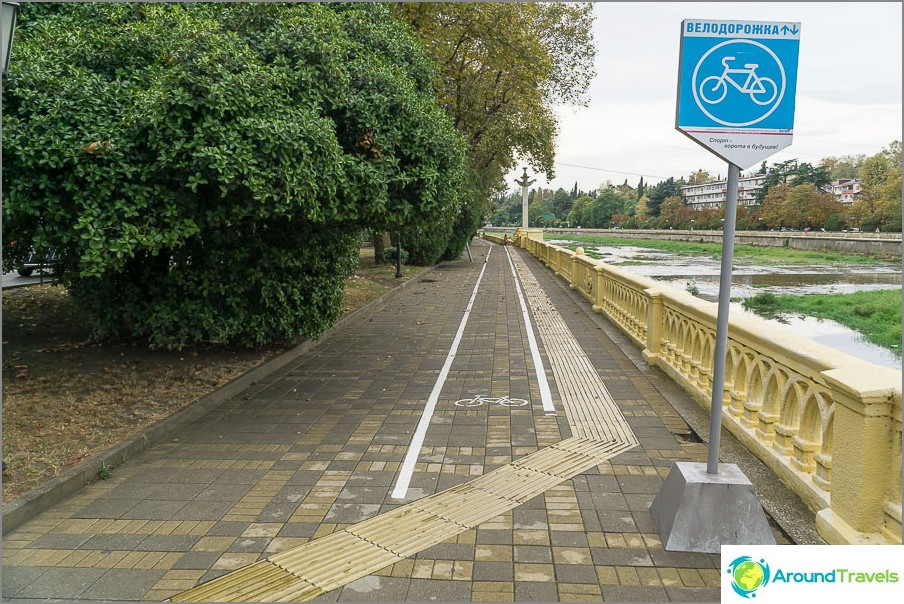 Велосипедната пътека е просто боядисана на тротоара