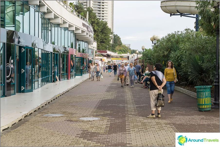 Крайбрежната алея се простира по протежение на целия общински плаж