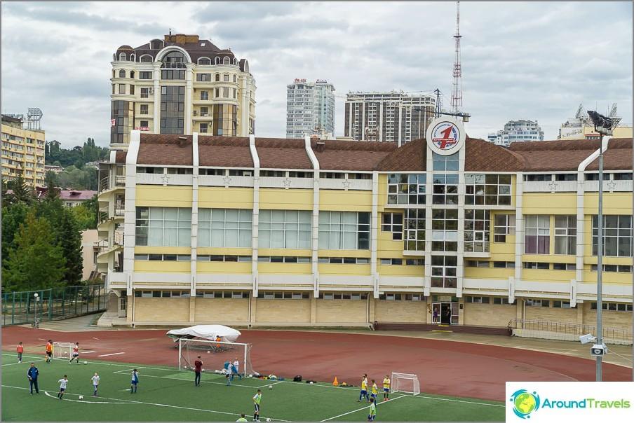 Голямо училище със стадион