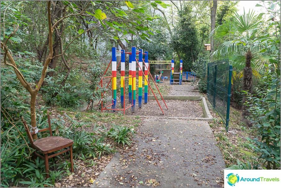 Детските площадки са много скромни