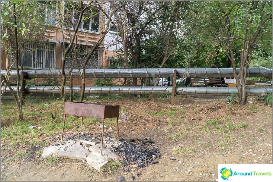 Барбекю близо до къщата, сякаш не е в града :)